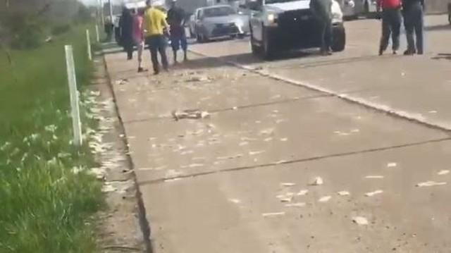 Xe bọc thép chở tiền gặp sự cố hy hữu trên quốc lộ, gần 14 tỉ đồng lăn lóc trên đường