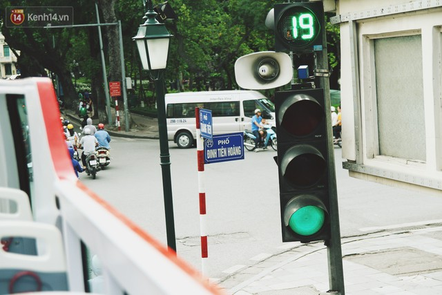 Trải nghiệm xe buýt 2 tầng mui trần ngắm Thủ đô Hà Nội từ trên cao: 300.000 đồng cho một vé liệu có đáng? - Ảnh 12.