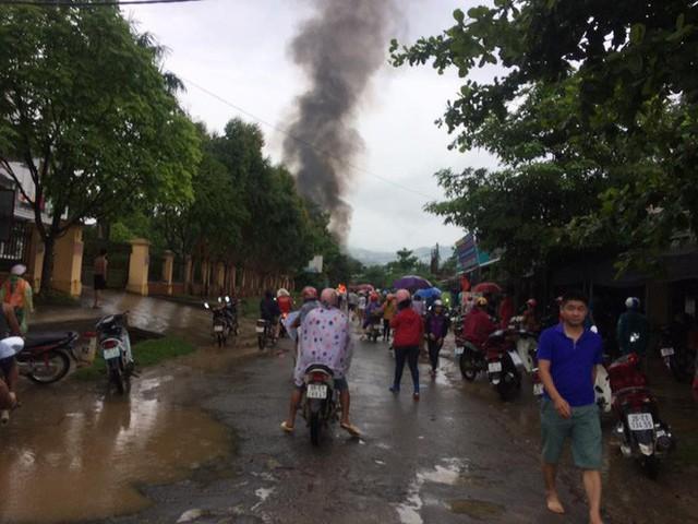 Cháy xe bồn sát cây xăng khiến nhiều người hoảng sợ - Ảnh 1.