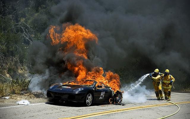 Cháy nổ giữa xe xăng với xe điện khác gì nhau? - Ảnh 1.
