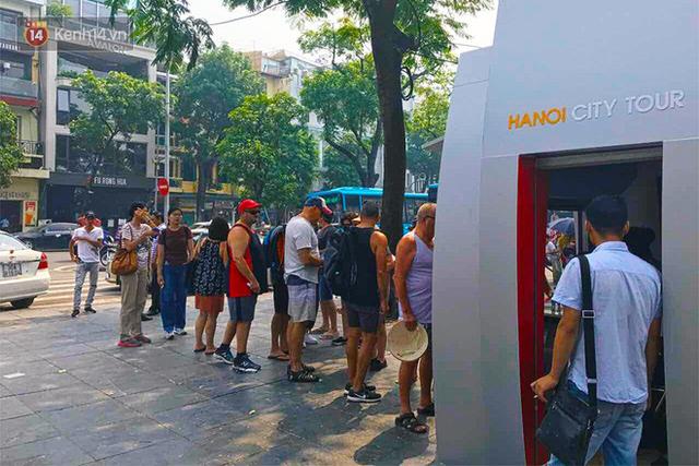 Đìu hiu khách Việt nhưng xe buýt 2 tầng ở Hà Nội vẫn khiến nhiều khách nước ngoài xếp hàng dài mua vé trải nghiệm - Ảnh 1.