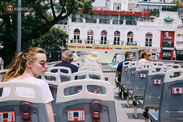 Đìu hiu khách Việt nhưng xe buýt 2 tầng ở Hà Nội vẫn khiến nhiều khách nước ngoài xếp hàng dài mua vé trải nghiệm - Ảnh 3.