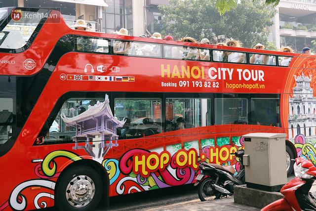Đìu hiu khách Việt nhưng xe buýt 2 tầng ở Hà Nội vẫn khiến nhiều khách nước ngoài xếp hàng dài mua vé trải nghiệm - Ảnh 4.