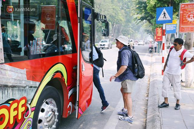 Đìu hiu khách Việt nhưng xe buýt 2 tầng ở Hà Nội vẫn khiến nhiều khách nước ngoài xếp hàng dài mua vé trải nghiệm - Ảnh 5.