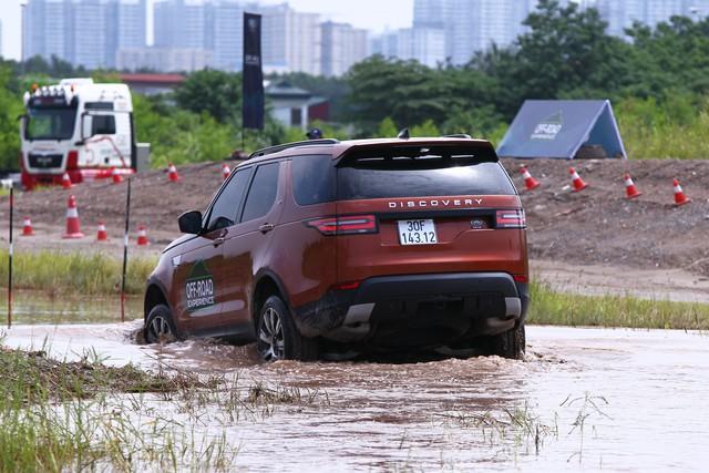 Offroad kiểu quý tộc: Mang Range Rover đi lội bùn, vượt dốc, thoát ổ voi nhưng không cần làm gì hết - Ảnh 5.