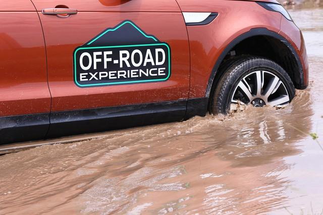Offroad kiểu quý tộc: Mang Range Rover đi lội bùn, vượt dốc, thoát ổ voi nhưng không cần làm gì hết - Ảnh 1.
