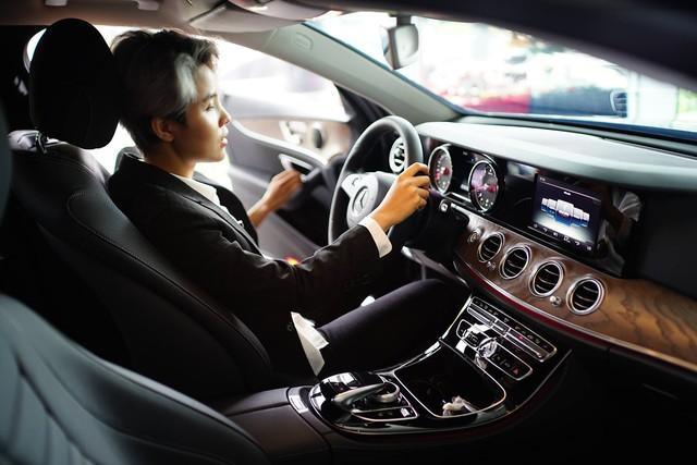 """Vũ Cát Tường sắm Mercedes-Benz E200 """"full black"""" hơn 2 tỷ đồng - Ảnh 2."""