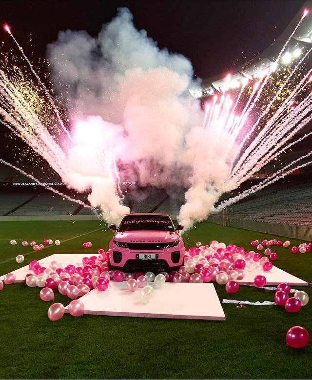 Màn cầu hôn bằng Range Rover hồng hot nhất MXH quốc tế: Ngỏ lời thẳng thắn như này thì ai cũng gật hết! - Ảnh 4.