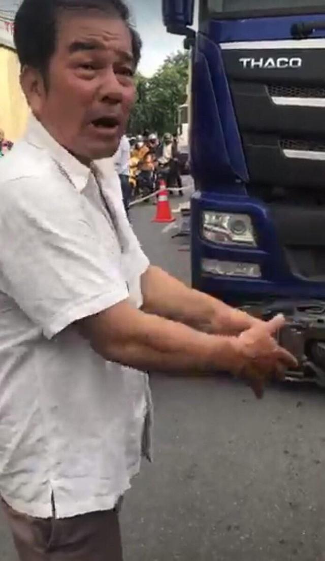Vụ tai nạn thương tâm giữa xe máy và container: Bé trai rơi ra khỏi bụng mẹ, nằm khóc trên đường - Ảnh 1.