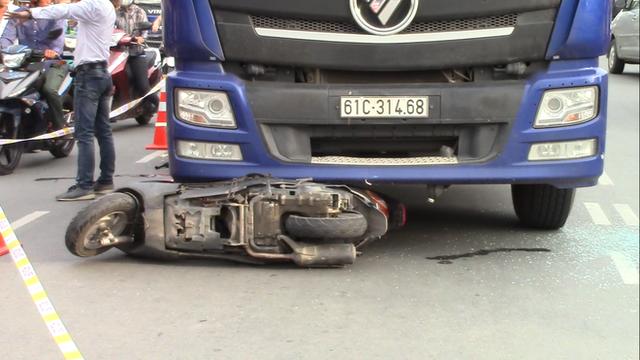 Vụ tai nạn thương tâm giữa xe máy và container: Bé trai rơi ra khỏi bụng mẹ, nằm khóc trên đường - Ảnh 3.