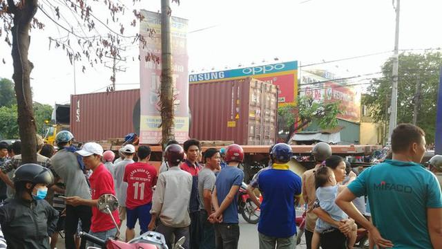 Vụ tai nạn thương tâm giữa xe máy và container: Bé trai rơi ra khỏi bụng mẹ, nằm khóc trên đường - Ảnh 4.