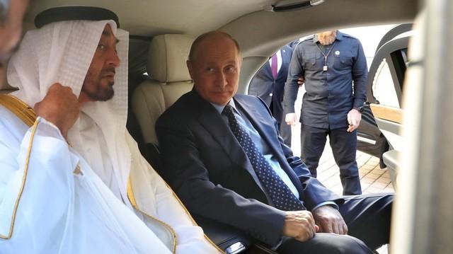Tổng thống Putin khoe limo mới của Nga với Thái tử Abu Dhabi
