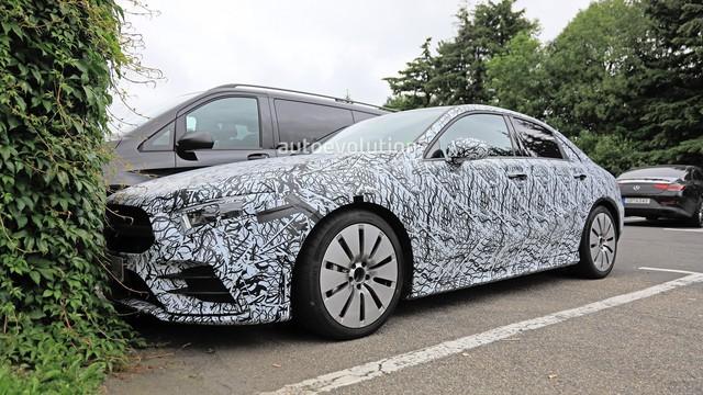 """""""Xe ít đối thủ"""" Mercedes-AMG A35 sedan bắt đầu chạy thử"""