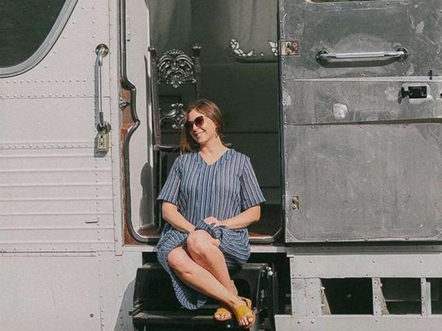 Mua chiếc xe gỉ sét trên mạng, cô gái bỏ 3 năm để biến nó thành căn hộ di động nhìn cái là mê tít luôn! - Ảnh 2.