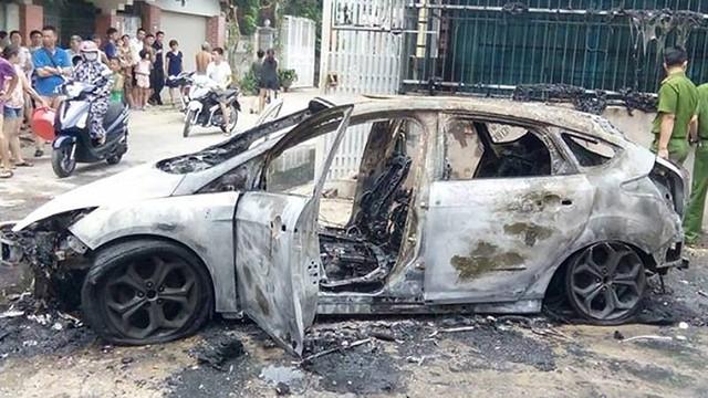 Clip: Giải cứu không thành, Ford Focus cháy rụi sau khi lùi qua bãi rác tại Thanh Hoá - Ảnh 2.