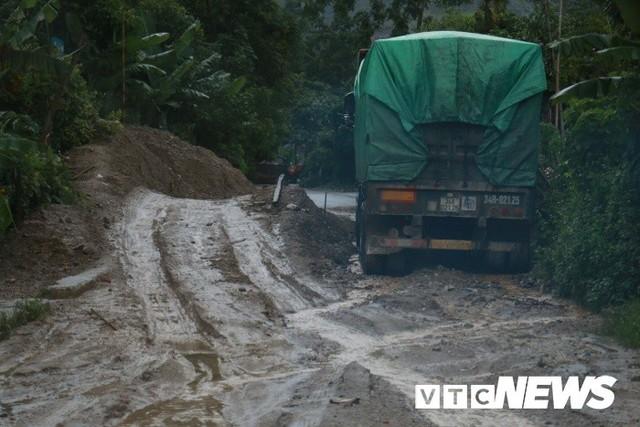 Ảnh: Sạt lở kinh hoàng ở Lào Cai, dân gồng mình đẩy ô tô trong dòng nước lũ - Ảnh 1.