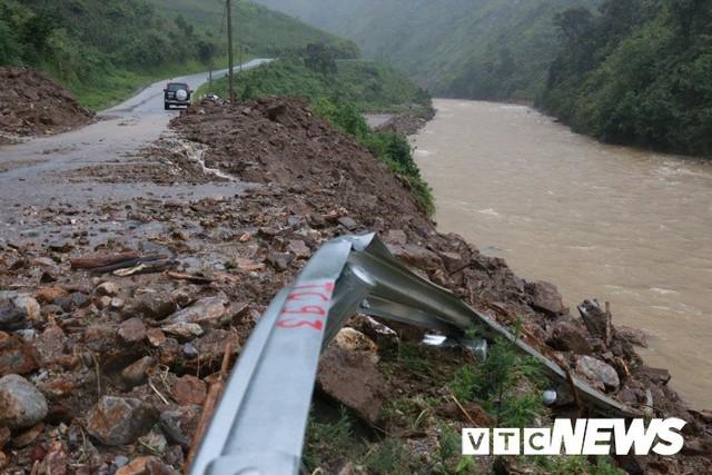 Ảnh: Sạt lở kinh hoàng ở Lào Cai, dân gồng mình đẩy ô tô trong dòng nước lũ - Ảnh 2.