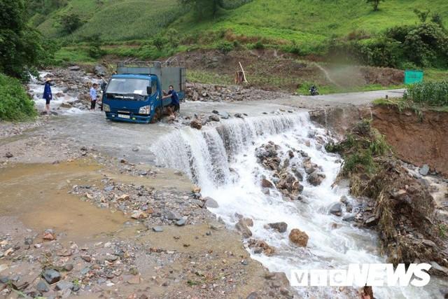 Ảnh: Sạt lở kinh hoàng ở Lào Cai, dân gồng mình đẩy ô tô trong dòng nước lũ - Ảnh 4.