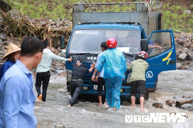Ảnh: Sạt lở kinh hoàng ở Lào Cai, dân gồng mình đẩy ô tô trong dòng nước lũ - Ảnh 5.