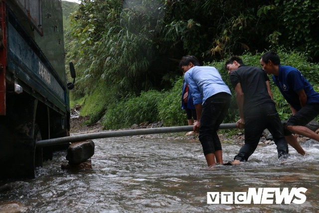 Ảnh: Sạt lở kinh hoàng ở Lào Cai, dân gồng mình đẩy ô tô trong dòng nước lũ - Ảnh 6.