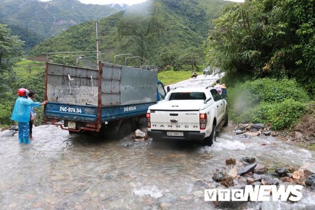 Ảnh: Sạt lở kinh hoàng ở Lào Cai, dân gồng mình đẩy ô tô trong dòng nước lũ - Ảnh 7.