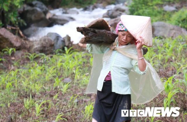 Ảnh: Sạt lở kinh hoàng ở Lào Cai, dân gồng mình đẩy ô tô trong dòng nước lũ - Ảnh 8.