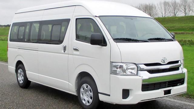 Toyota Hiace giảm giá hơn 240 triệu đồng, cạnh tranh Hyundai Solati và Ford Transit