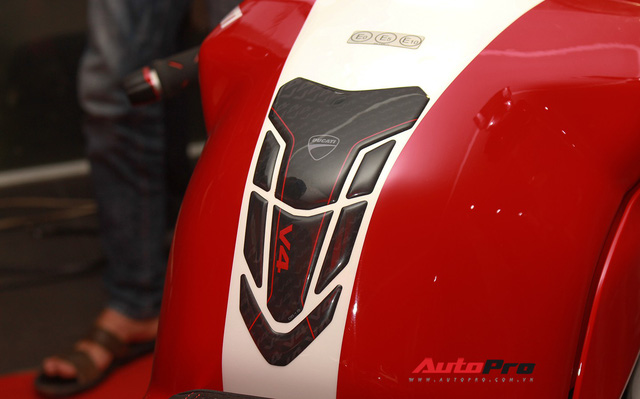 (4h) Chi tiết Ducati Panigale V4 Speciale giá ngang xe ô tô Mercedes-Benz của Biker Việt - Ảnh 11.