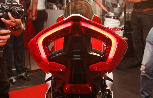 (4h) Chi tiết Ducati Panigale V4 Speciale giá ngang xe ô tô Mercedes-Benz của Biker Việt - Ảnh 9.