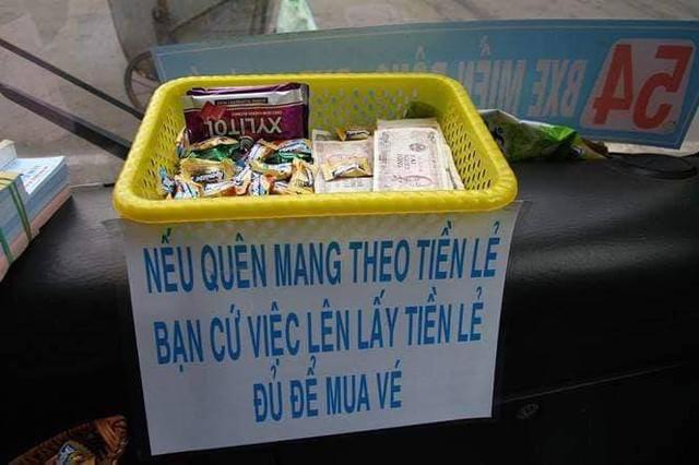 Chuyến xe bus với rổ tiền đầy tình người giữa Sài Gòn: Quên mang tiền lẻ thì cứ lấy đủ để mua vé - Ảnh 1.