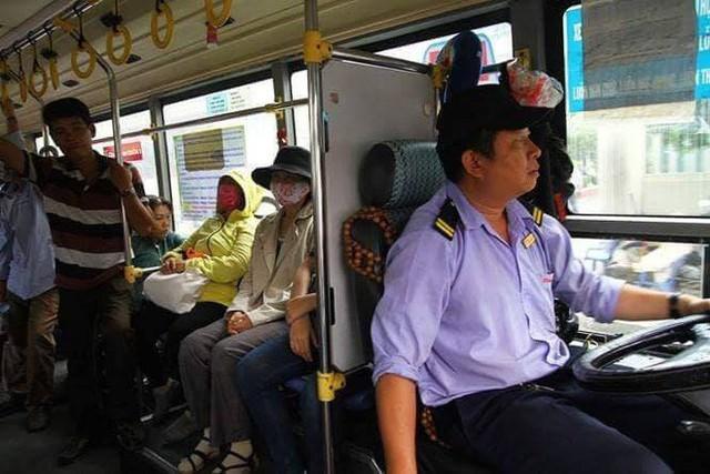 Chuyến xe bus với rổ tiền đầy tình người giữa Sài Gòn: Quên mang tiền lẻ thì cứ lấy đủ để mua vé - Ảnh 2.