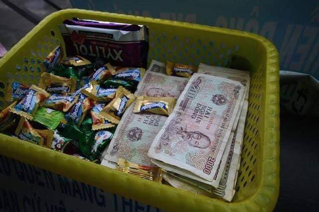 Chuyến xe bus với rổ tiền đầy tình người giữa Sài Gòn: Quên mang tiền lẻ thì cứ lấy đủ để mua vé - Ảnh 3.