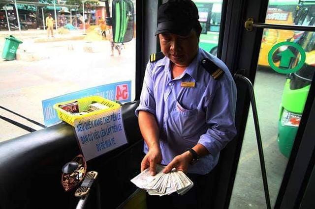 Chuyến xe bus với rổ tiền đầy tình người giữa Sài Gòn: Quên mang tiền lẻ thì cứ lấy đủ để mua vé - Ảnh 4.