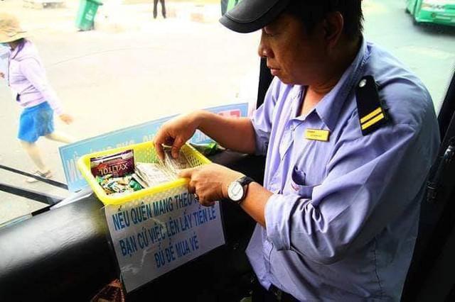 Chuyến xe bus với rổ tiền đầy tình người giữa Sài Gòn: Quên mang tiền lẻ thì cứ lấy đủ để mua vé - Ảnh 5.