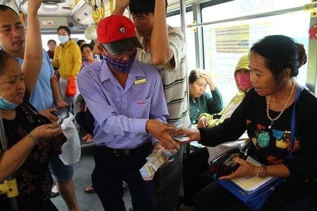 Chuyến xe bus với rổ tiền đầy tình người giữa Sài Gòn: Quên mang tiền lẻ thì cứ lấy đủ để mua vé - Ảnh 6.