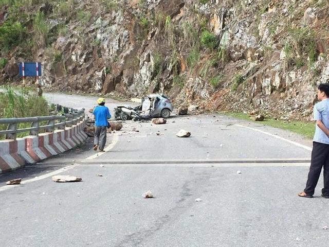 Lai Châu: Hòn đá lăn từ trên núi đè bẹp chiếc ô tô, tài xế tử vong thương tâm - Ảnh 1.