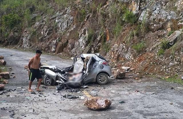 Lai Châu: Hòn đá lăn từ trên núi đè bẹp chiếc ô tô, tài xế tử vong thương tâm - Ảnh 2.