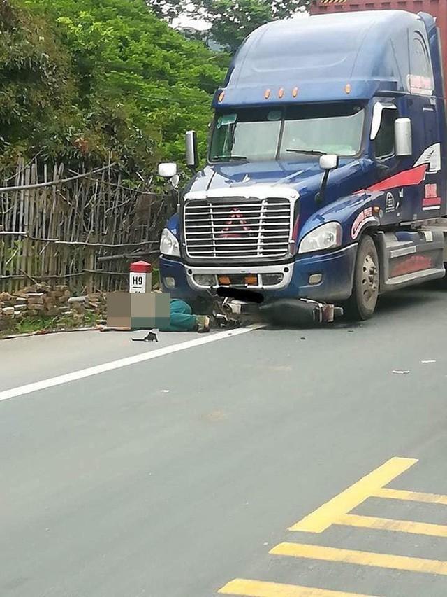 Bị xe container tông phải khi qua đường, người đàn ông phải trả giá quá đắt! - Ảnh 2.