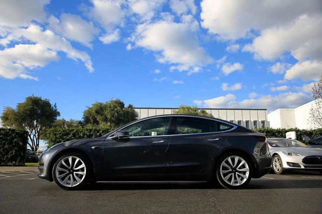 Gần 1/4 khách đặt trước Tesla Model 3 bỏ của chạy lấy người - Ảnh 1.