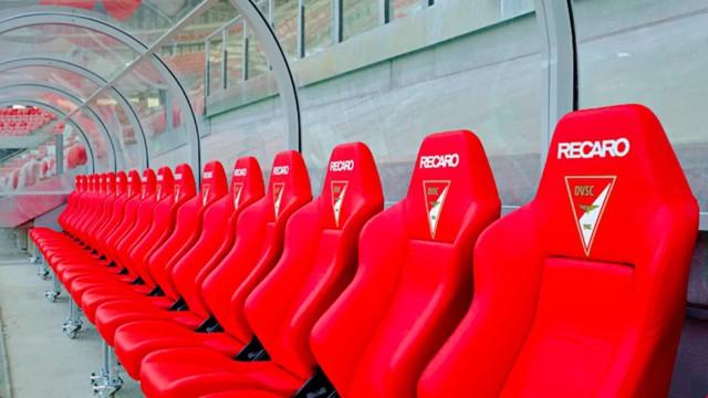 Ghế ngồi cho cầu thủ tại sân vận động là ghế xe đua và nguyên nhân sâu xe là đây - Ảnh 1.