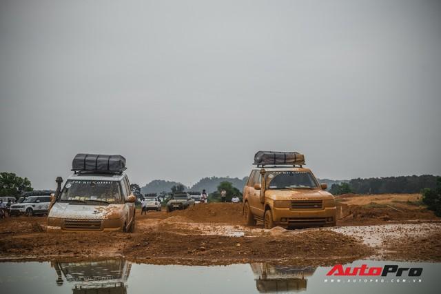 [Chùm ảnh] Đoàn Range Rover hàng chục tỷ đồng của Trung Nguyên thoả sức tắm bùn ở Đồng Mô trước khi rời Hà Nội - Ảnh 12.