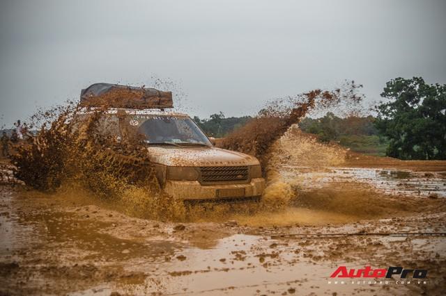 [Chùm ảnh] Đoàn Range Rover hàng chục tỷ đồng của Trung Nguyên thoả sức tắm bùn ở Đồng Mô trước khi rời Hà Nội - Ảnh 16.