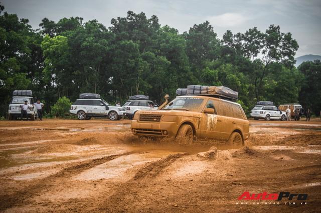 [Chùm ảnh] Đoàn Range Rover hàng chục tỷ đồng của Trung Nguyên thoả sức tắm bùn ở Đồng Mô trước khi rời Hà Nội - Ảnh 1.