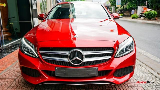 Mercedes-Benz C200 chạy 4.700km treo giá ngang Toyota Camry - Ảnh 1.