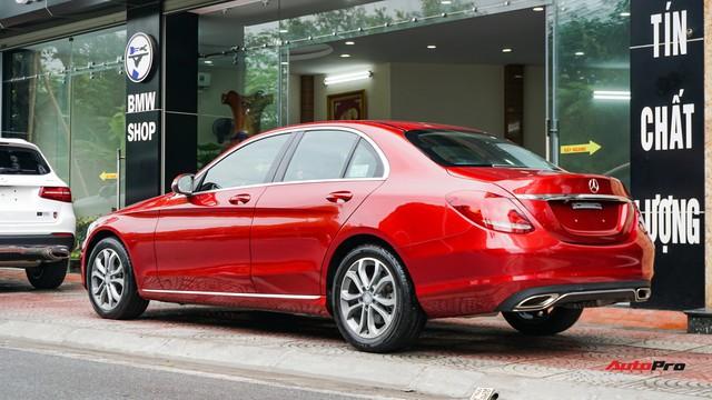 Mercedes-Benz C200 chạy 4.700km treo giá ngang Toyota Camry - Ảnh 5.