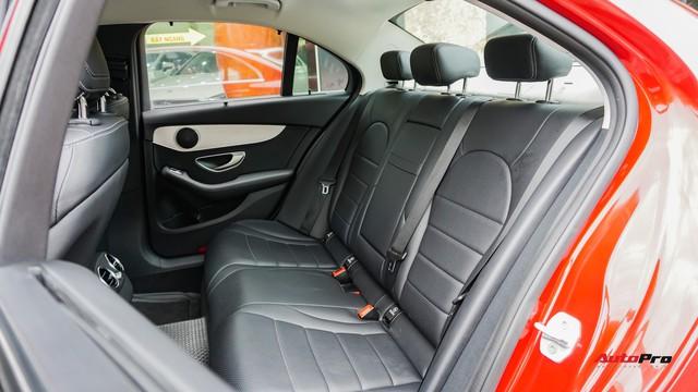 Mercedes-Benz C200 chạy 4.700km treo giá ngang Toyota Camry - Ảnh 15.