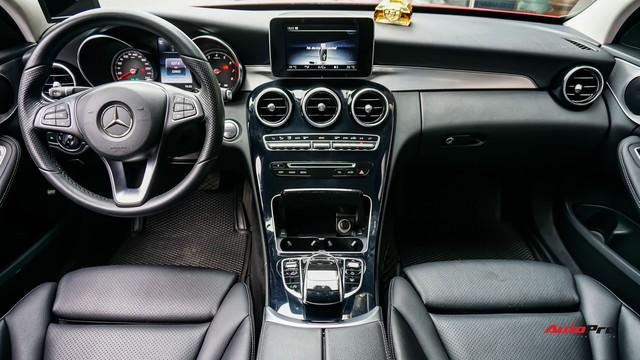 Mercedes-Benz C200 chạy 4.700km treo giá ngang Toyota Camry - Ảnh 8.