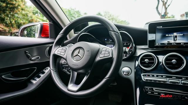 Mercedes-Benz C200 chạy 4.700km treo giá ngang Toyota Camry - Ảnh 10.