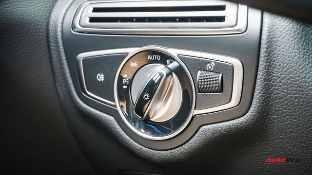 Mercedes-Benz C200 chạy 4.700km treo giá ngang Toyota Camry - Ảnh 12.
