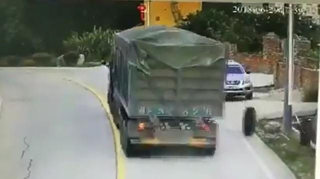 Lốp xe tải văng trúng ô tô đỗ ven đường, tài xế suýt chết